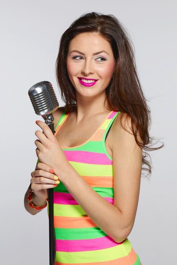 Яркая женщина с mic стоковые фото