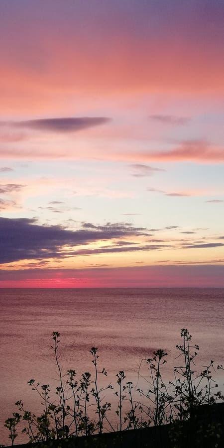 Яркая живописная сравнивая предпосылка Ландшафт захода солнца вечера моря в пинке, красном цвете, золоте и голубых тонах стоковые фото