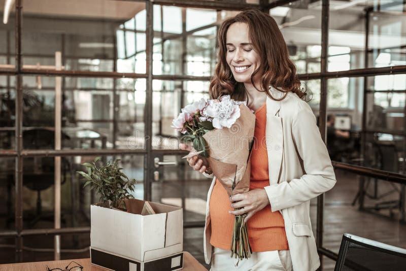 Яркая испуская лучи дама быть весьма счастливый пока носящ букет цветков стоковые фотографии rf