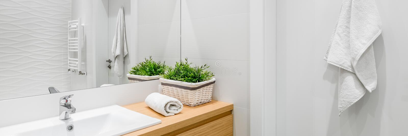 Яркая и белая ванная комната стоковое фото rf