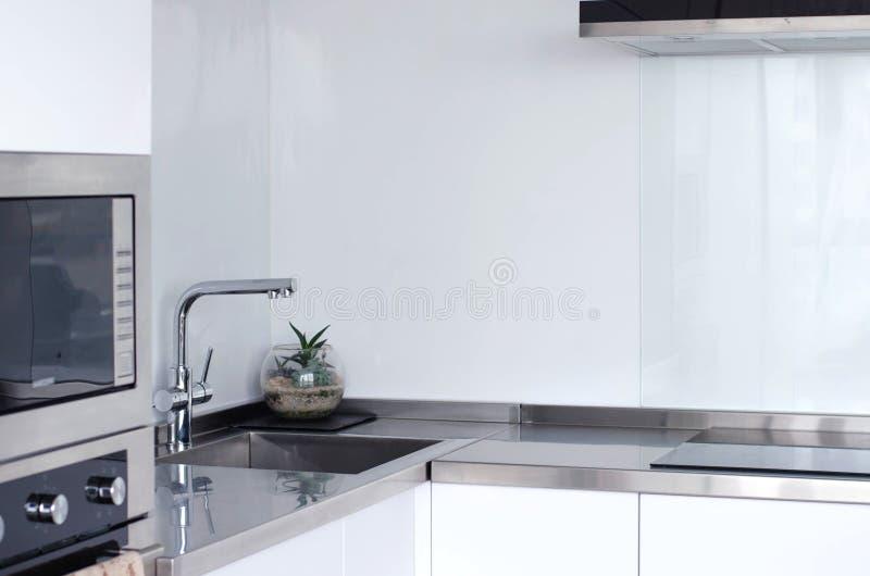 Яркая и просторная модная кухня с новыми приборами стоковые фото