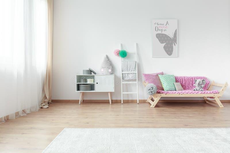 Яркая комната ребенк с красочными подушками стоковая фотография rf