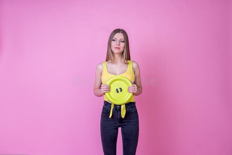 Яркая красивая модель девушки с сладостной конфетой на ярком празднике стоковая фотография rf