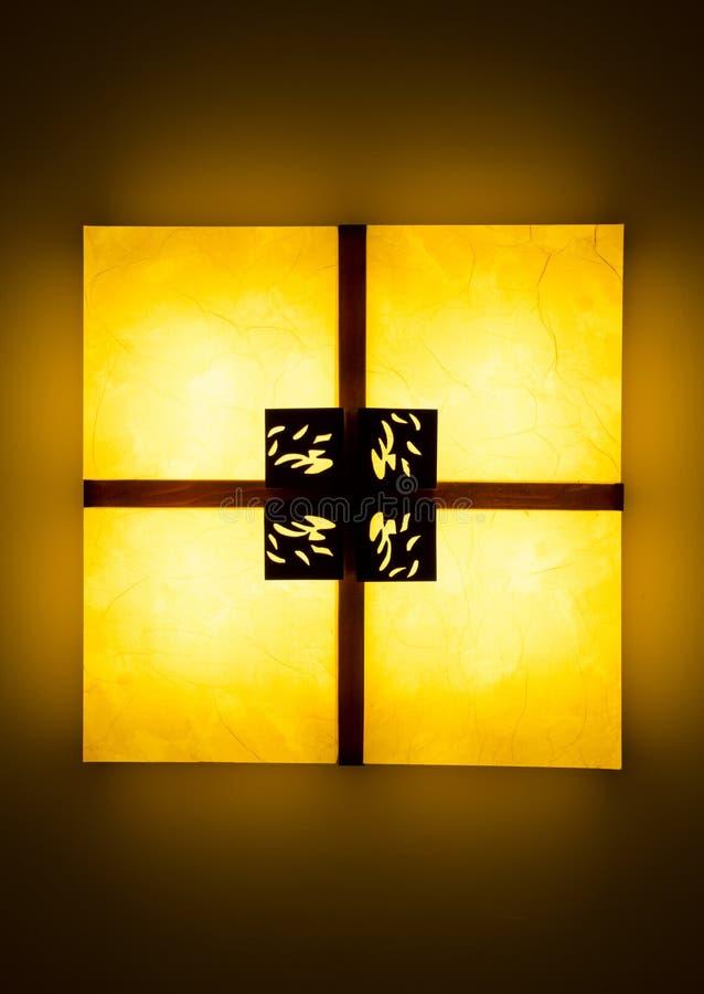 Яркая накаляя лампа squre ceilling сделанная из древесин и бумаги с китайским традиционным стилем и классической декоративной кар стоковое фото rf