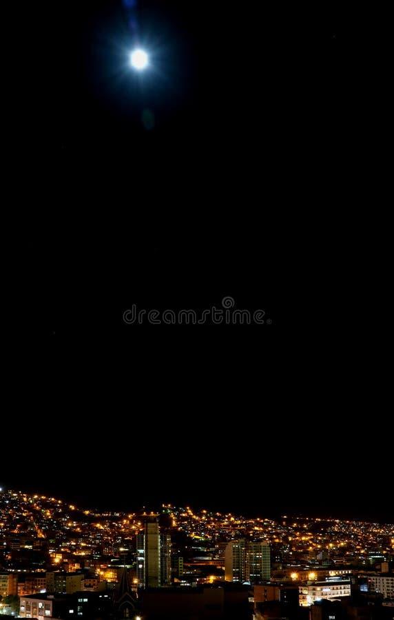 Яркая ночь луны Ла Paz, столица Боливии стоковое изображение rf