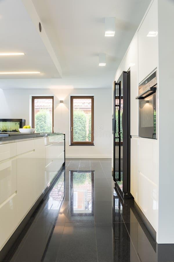 Яркая открытая кухня плана стоковая фотография rf
