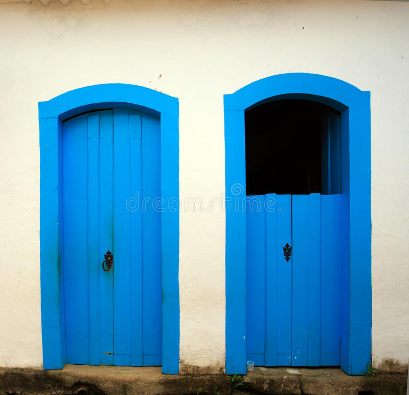 Яркая покрашенная дверь стоковое изображение rf