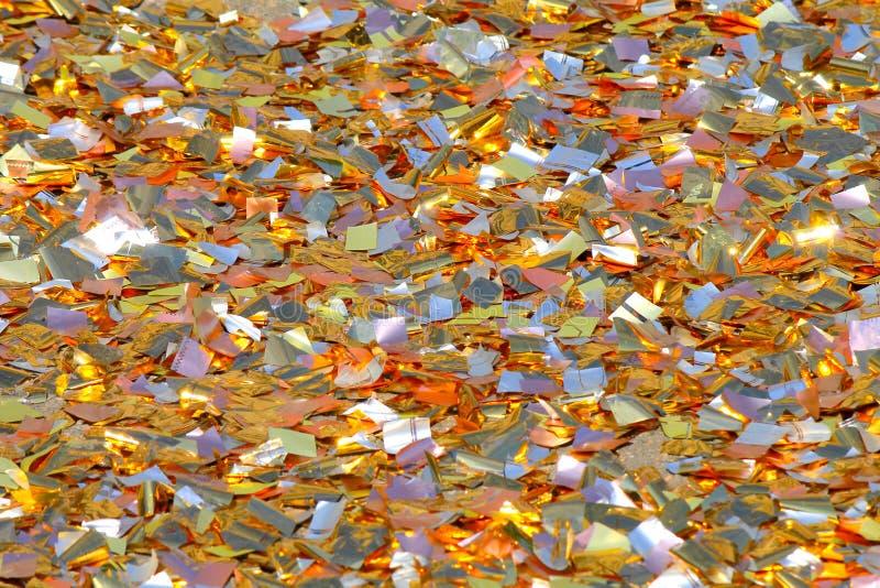 Яркая предпосылка частей фольги прерванной цветом сверкая в солнце Праздничный, свадьба, предпосылка дня рождения стоковая фотография
