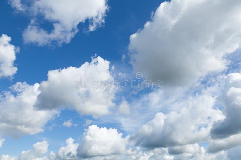 Download Яркая предпосылка голубого неба с облаками Стоковое Изображение - изображение насчитывающей рай, airbrush: 41657143