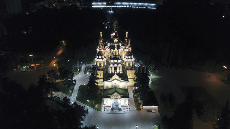 Яркая церковь с золотыми куполами и крестами Накаляет в парке ночи E стоковое фото rf