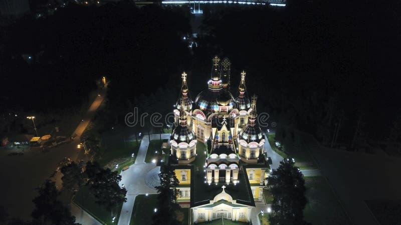 Яркая церковь с золотыми куполами и крестами Накаляет в парке ночи E стоковая фотография rf