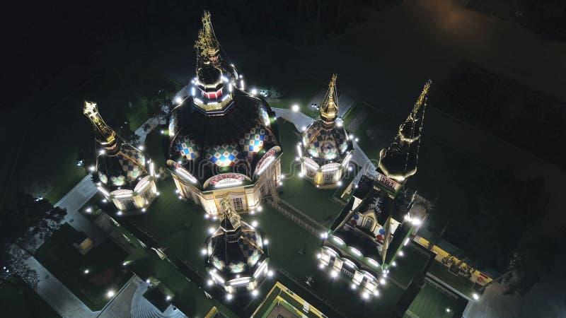 Яркая церковь с золотыми куполами и крестами Накаляет в парке ночи E стоковое изображение rf