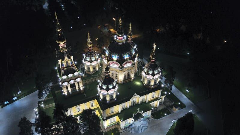 Яркая церковь с золотыми куполами и крестами Накаляет в парке ночи E стоковые фотографии rf