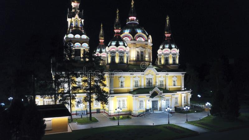 Яркая церковь с золотыми куполами и крестами Накаляет в парке ночи E стоковые изображения rf
