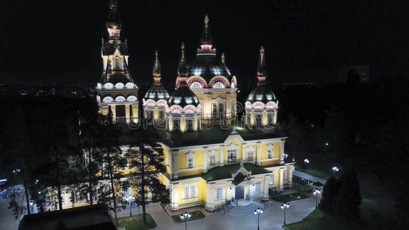 Яркая церковь с золотыми куполами и крестами Накаляет в парке ночи E стоковые фото