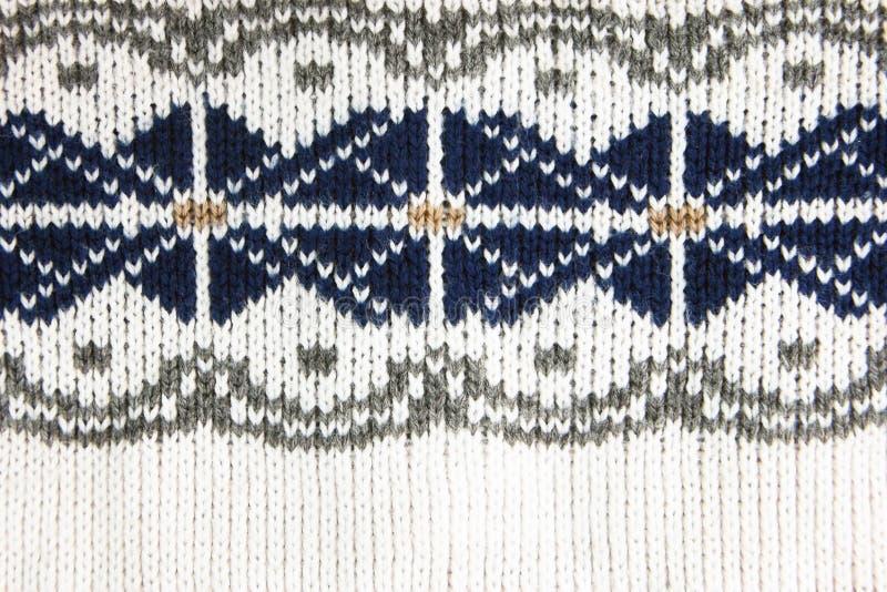 Яркие белое, коричневое, синь и выросли картина связанная жаккардом свитера шерстей стоковое изображение