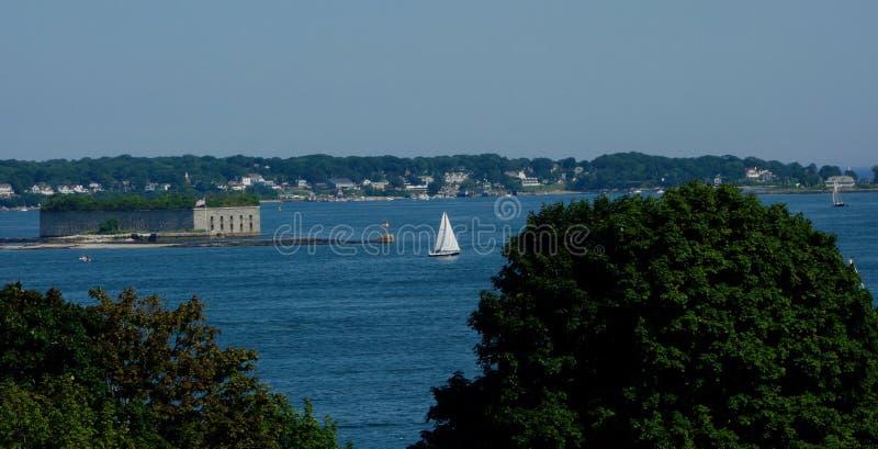 Яркие белые парусник и форт гражданской войны в гавани Мейне Портленда стоковое изображение