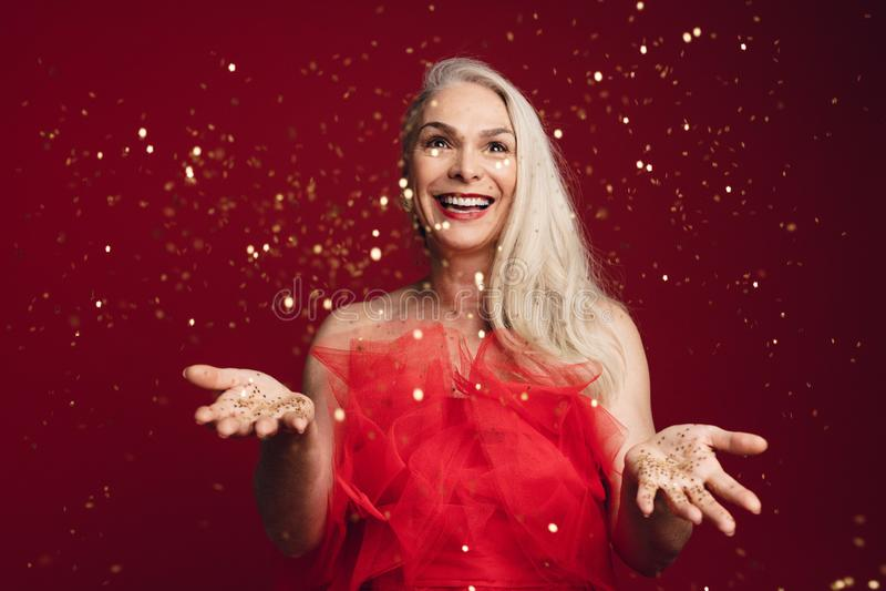 Яркие блески возбужденной старшей женщины бросая стоковое изображение