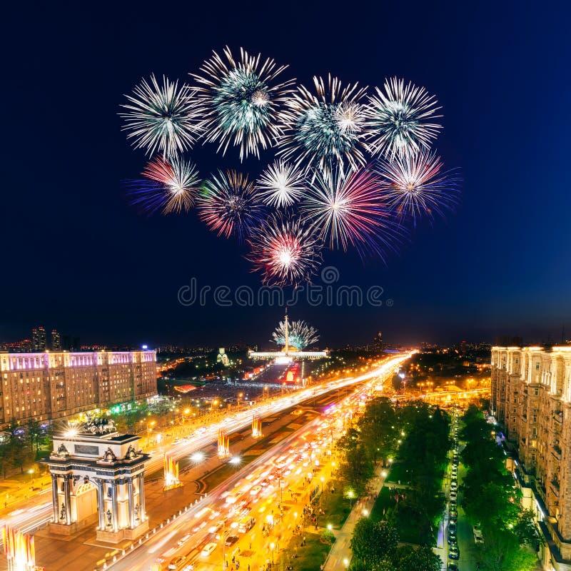 Яркие взрывы фейерверков в ночном небе стоковые изображения