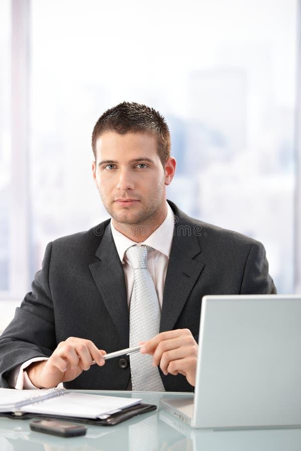 Download яркие детеныши управленческого офиса сидя Стоковое Фото - изображение насчитывающей дело, кавказско: 18382018