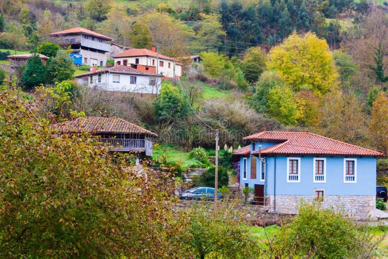 Яркие дома в деревне Сан Marcelo Samarciellu в Астурии стоковое фото rf
