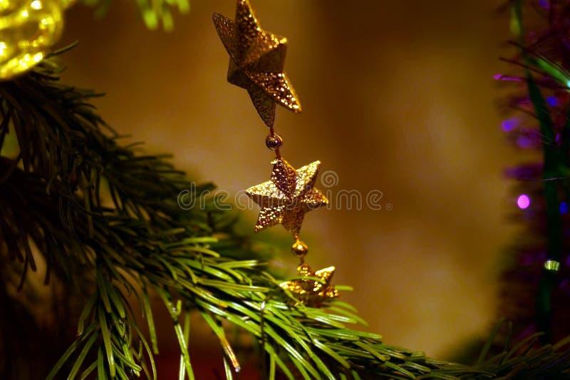 Яркие и блестящие украшения для Рождества и Нового Года висят на зеленой ели стоковые изображения