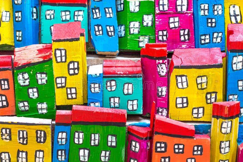 Яркие и красочные дома из дерева стоковые изображения