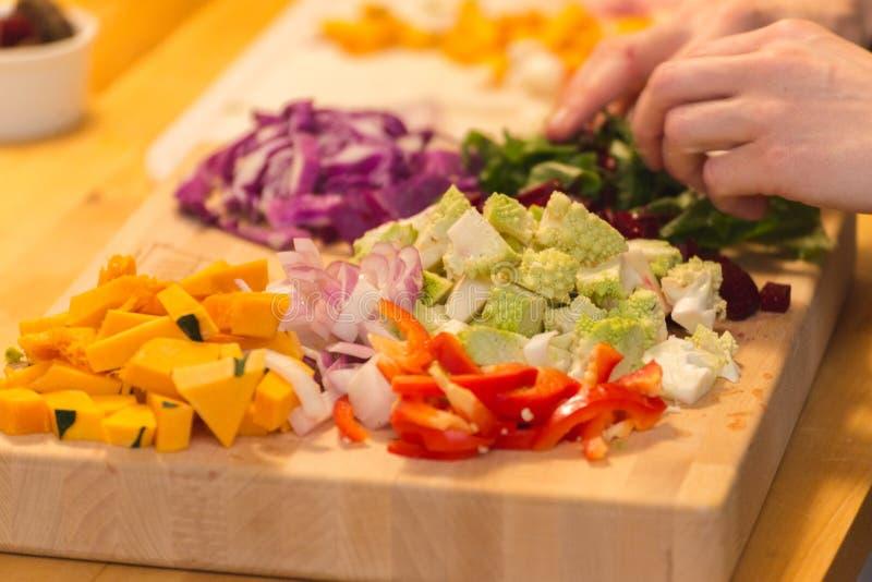 Яркие и красочные овощи подготовленные на разделочной доске стоковые изображения rf