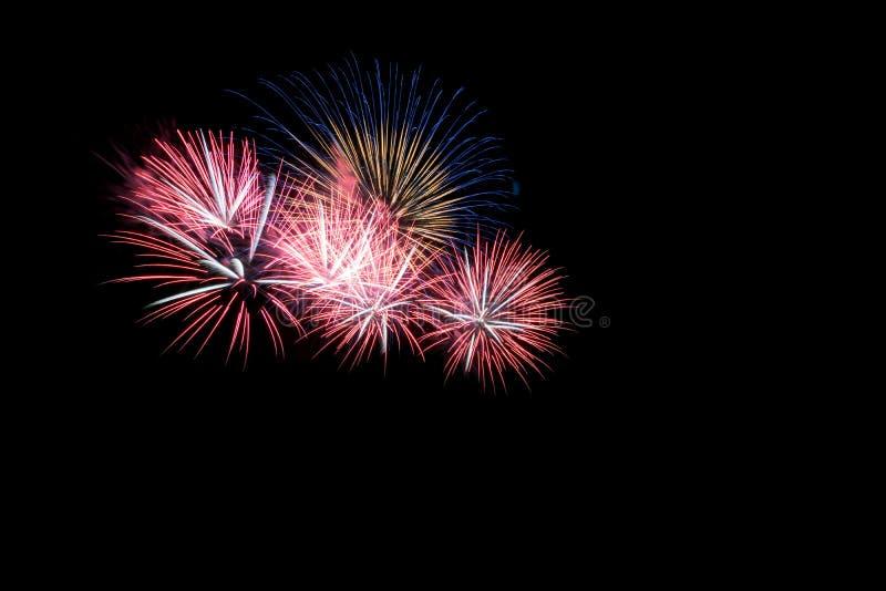 Яркие и красочные фейерверки против черного ночного неба феиэрверк стоковая фотография