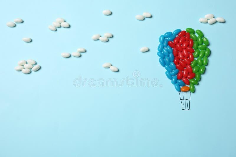 Яркие конфеты студня аранжированные как воздушный шар на предпосылке цвета, плоском положении стоковые изображения