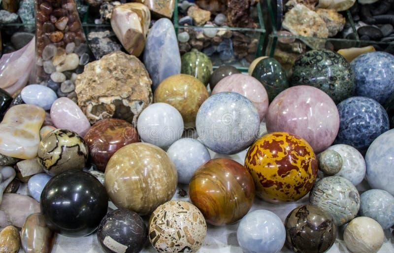 Яркие красочные semi драгоценные камни в формах круглого шарика стоковая фотография rf