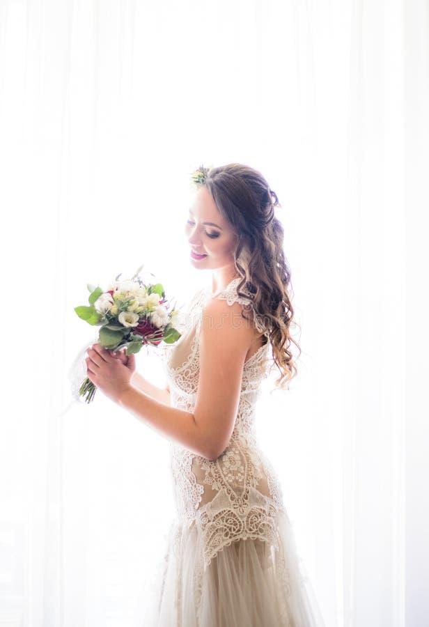 Яркие дневние светы освещают обольстительную невесту стоковая фотография