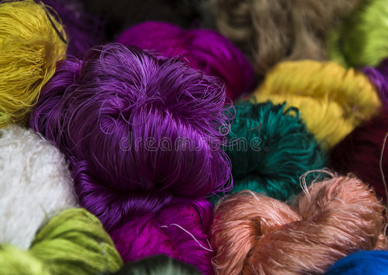 Яркие покрашенные пачки silk пряжи стоковые фотографии rf