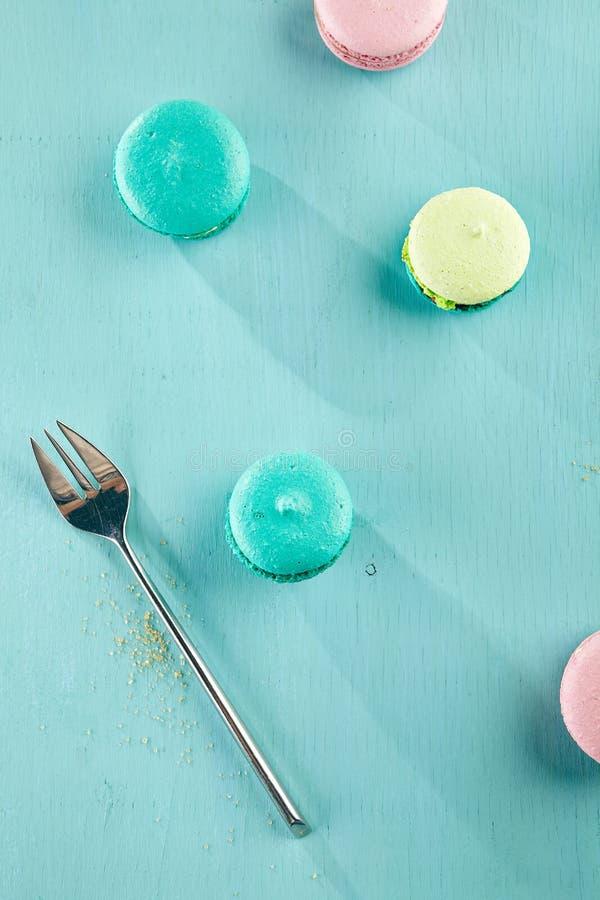 Яркие покрашенные macaroons стоковое изображение rf