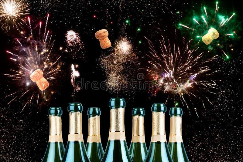 Яркие праздничные фейерверки в небе от раскрывая бутылок шампанского с пробочками летания, жизнерадостным смешным дизайном для зн стоковые изображения rf