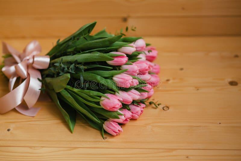 Яркие розовые цветки на деревянной предпосылке Красочный букет на день матерей, день рождения, Международный женский день 8-ое ма стоковое изображение rf