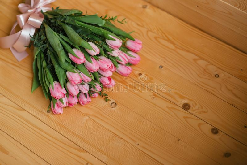 Яркие розовые цветки на деревянной предпосылке Красочный букет на день матерей, день рождения, Международный женский день 8-ое ма стоковое фото