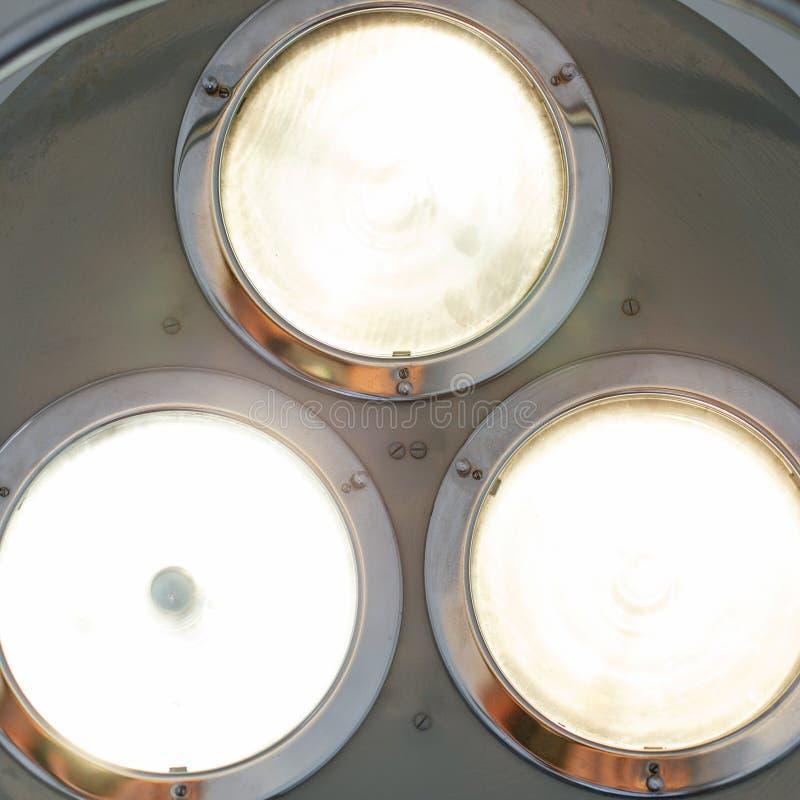 Яркие светлые блески в операционной Лампа металла хирургическая стоковые фотографии rf