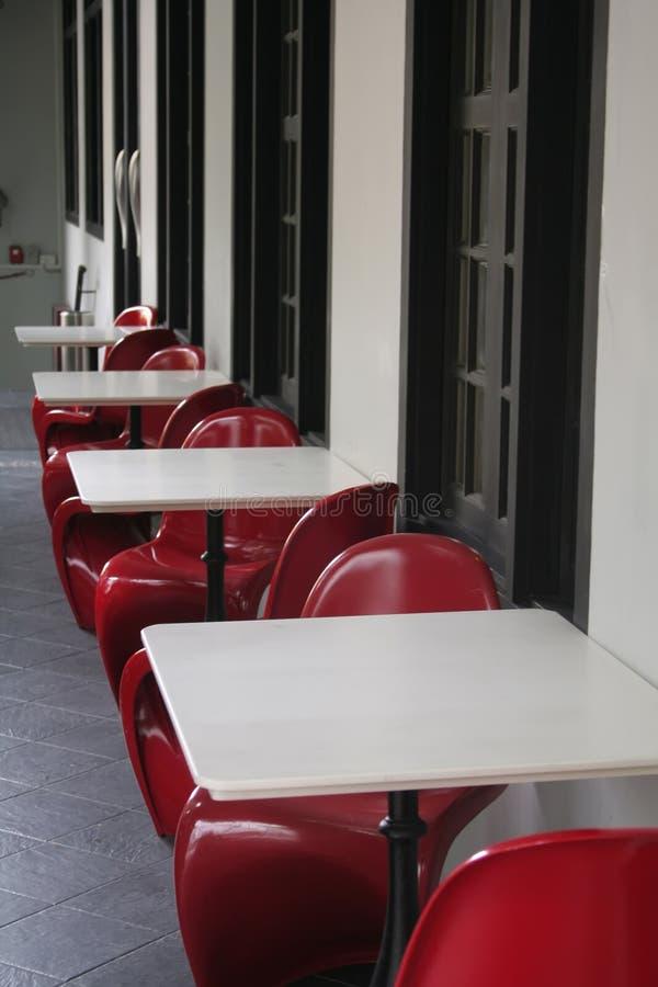 яркие стулы красные стоковое фото rf