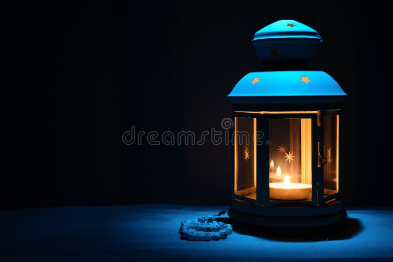 Яркие фонарик и шарики на песке с космосом экземпляра стоковое изображение rf