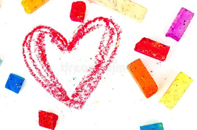 Яркие части мела при прочитанное сердце нарисованное на белизне стоковые фото