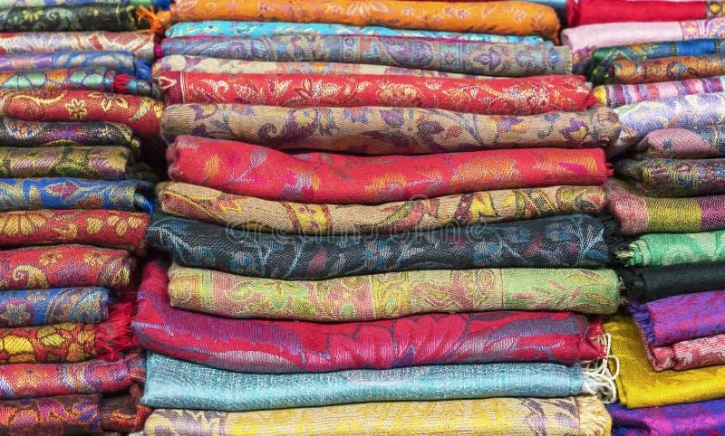 Яркие шали кашемира в базаре Предпосылка с восточными шалями стоковое изображение