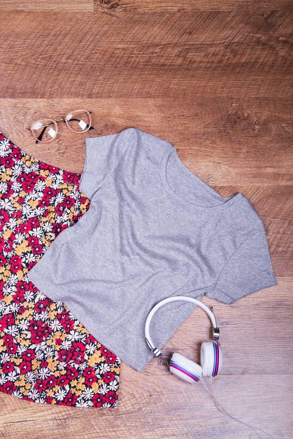 Яркие юбка, футболка, стекла и наушники стоковая фотография rf
