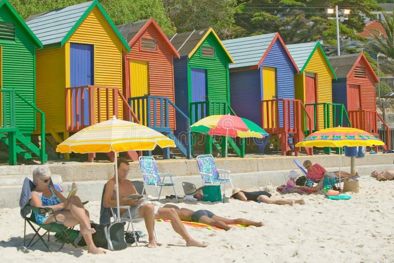 Яркие Crayon цвета хаты пляжа на St James, ложном заливе на Индийском океане, вне Кейптауна, Южная Африка стоковые фото