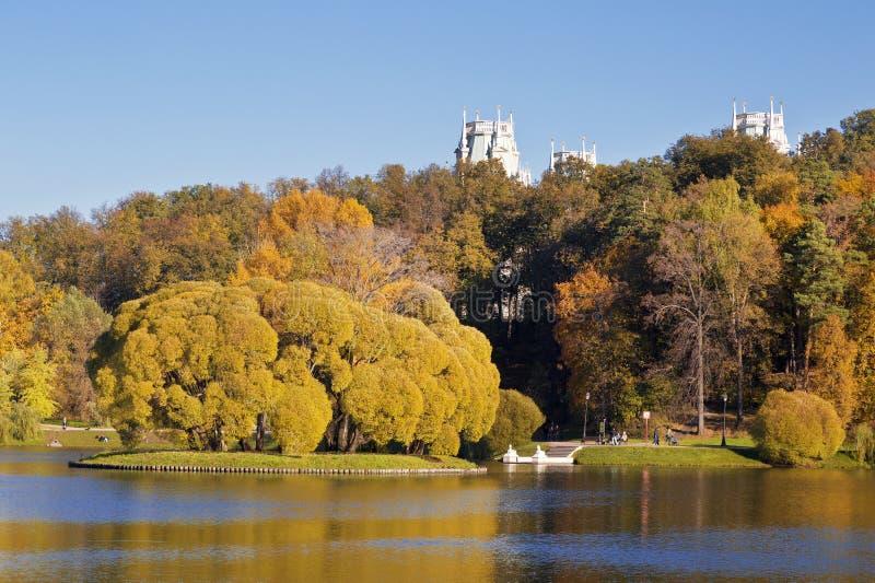 Яркий ландшафт осени на солнечный день стоковые изображения rf