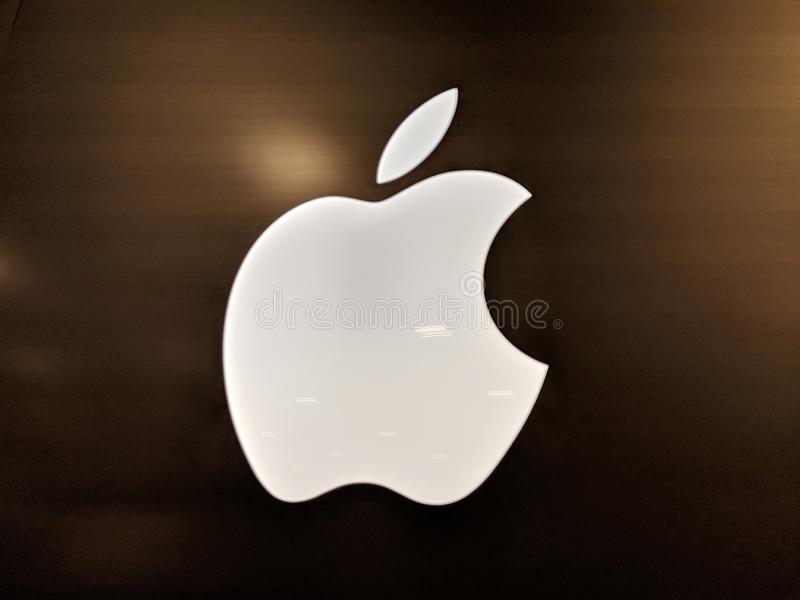 Яркий белый логотип Яблока внутри магазина Best Buy стоковые фото