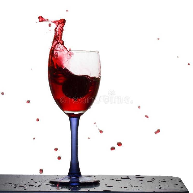 Яркий брызгает и падает летания красного вина в различных направлениях стоковые фотографии rf