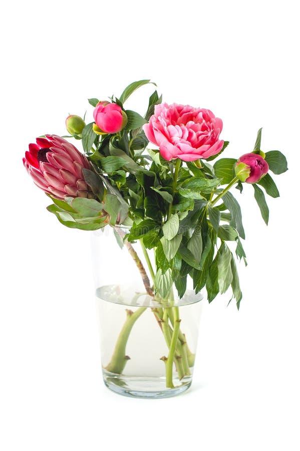 Яркий букет свеже срезанных цветков в стеклянной вазе на чистом стоковое изображение rf