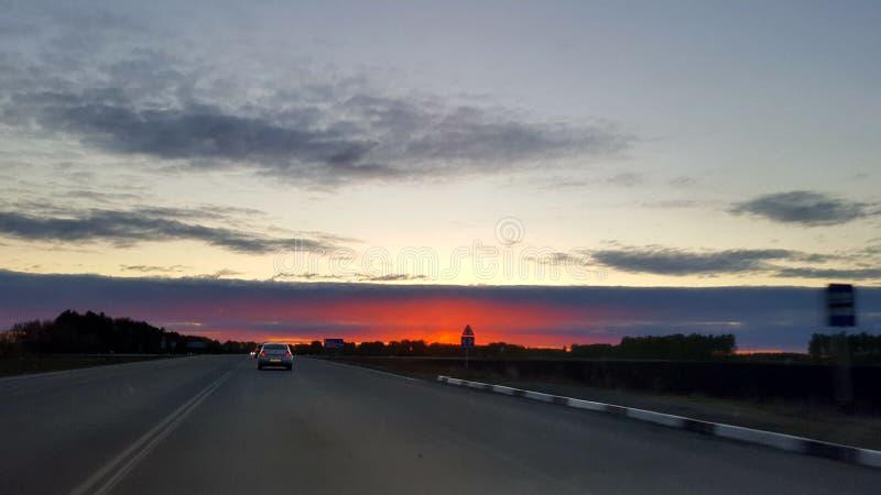 Яркий заход солнца в вертикали дороги стоковые фотографии rf