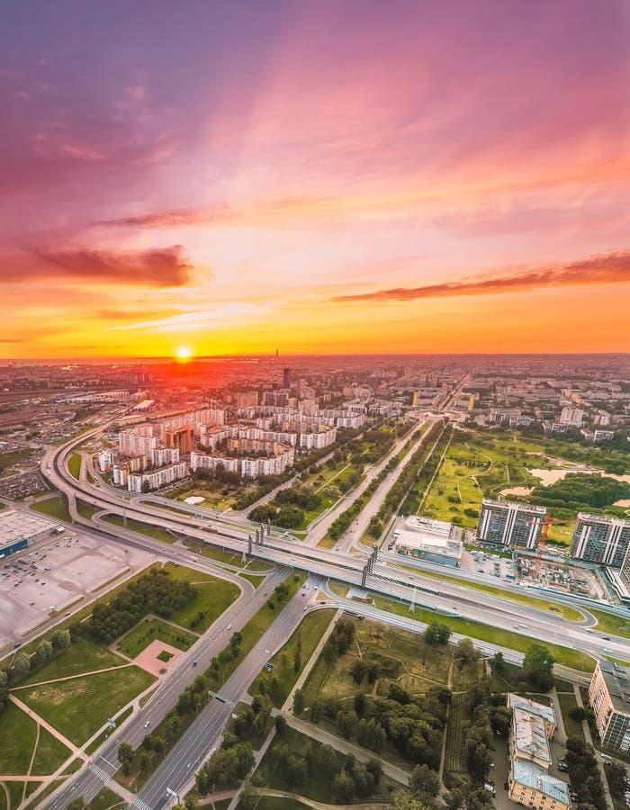Яркий заход солнца над городом, вид с воздуха от высоты стоковая фотография rf